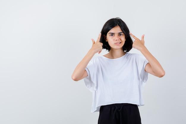 스튜디오에서 포즈를 취하는 표현 어린 소녀