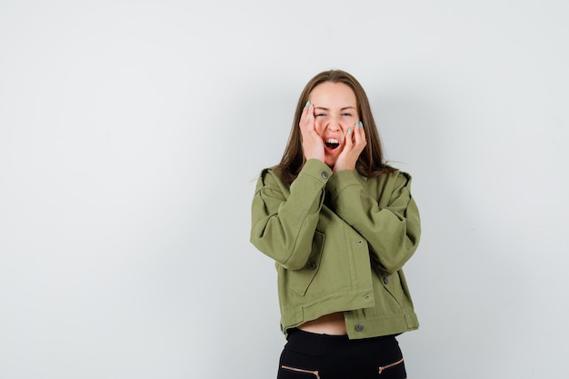 スタジオでポーズをとる表現力豊かな若い女の子