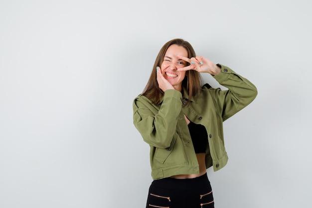 Выразительная молодая девушка позирует в студии