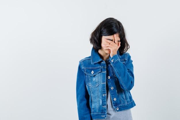 포즈를 취하는 표현 어린 소녀