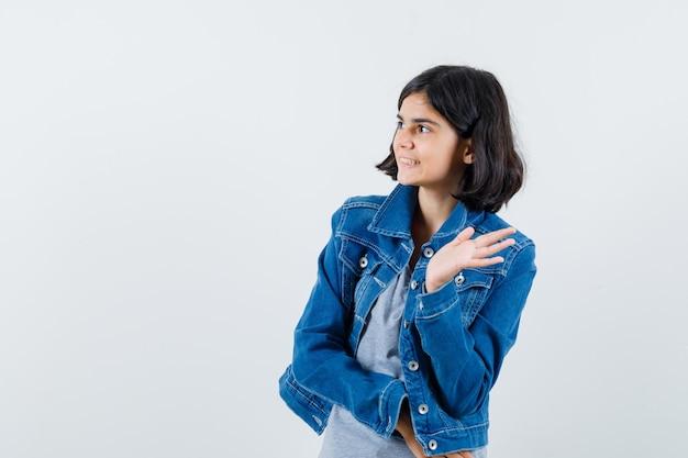 Выразительная молодая девушка позирует