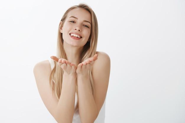 Giovane ragazza espressiva con capelli biondi