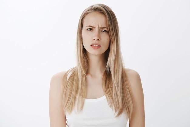 Выразительная молодая девушка со светлыми волосами