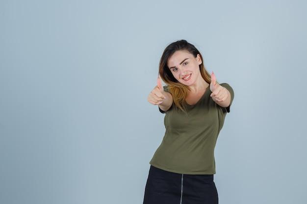스튜디오에서 포즈 표현 젊은 아가씨