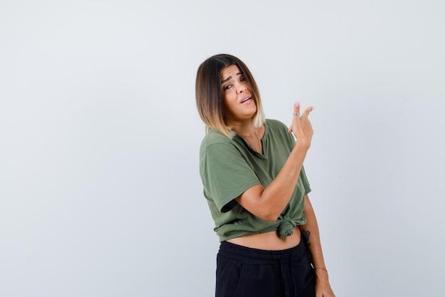 Giovane donna espressiva in posa in studio