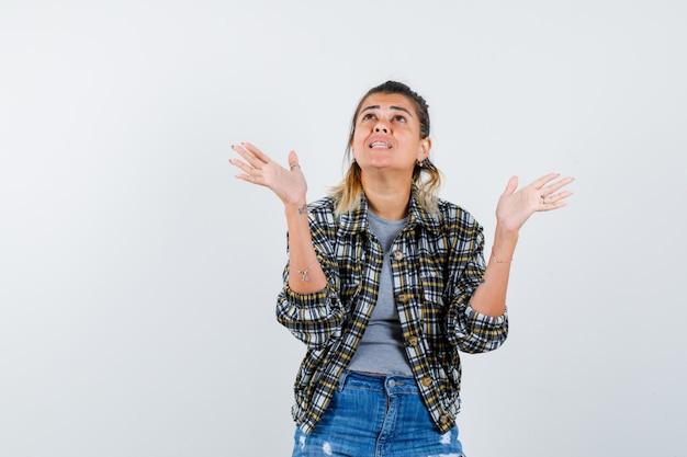 Una giovane donna espressiva in posa