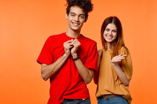 表情豊かな若い男と女のポーズ