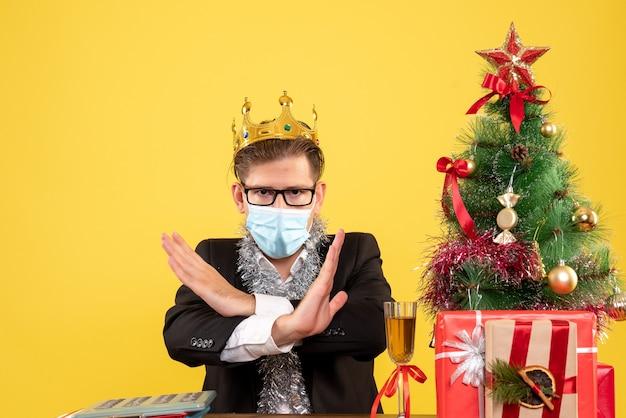 크리스마스를 위해 포즈를 취하는 표현 젊은이