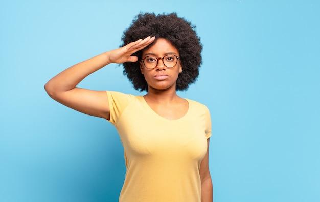 표현 젊은 예쁜 흑인 여성 몸짓