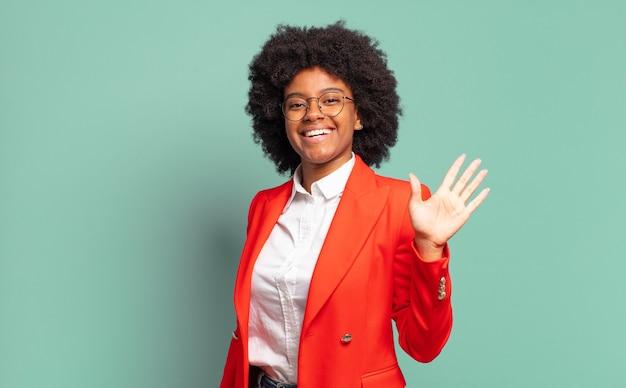 身振りで示す表現力豊かな若いかなり黒人女性