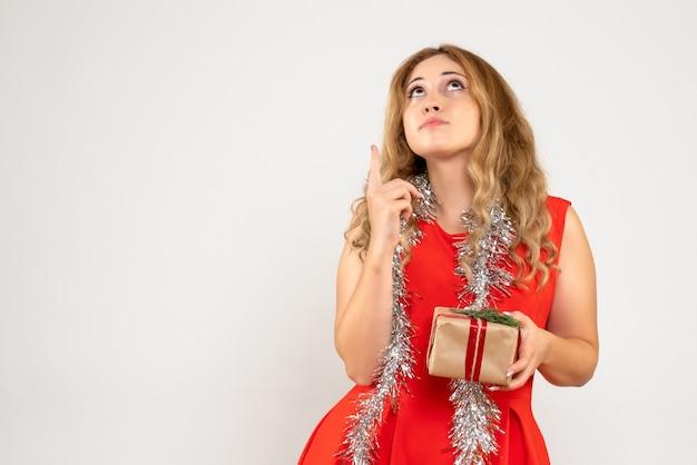Giovane donna espressiva in posa per il natale