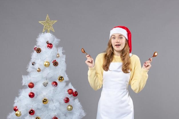 겨울 휴가를 위해 포즈를 취하는 표현적인 젊은 여성