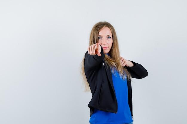 スタジオでポーズをとる表現力豊かな若い女性