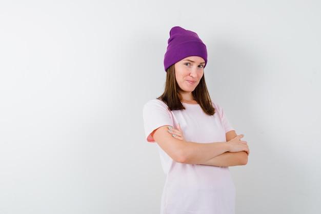 스튜디오에서 포즈를 취하는 표현 젊은 여자
