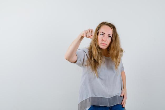 スタジオでポーズをとる表現力豊かな若い女性 無料写真