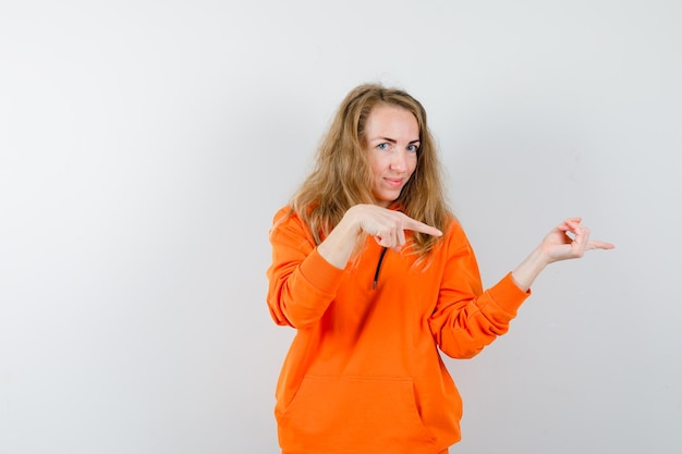 Выразительная молодая женщина позирует в студии