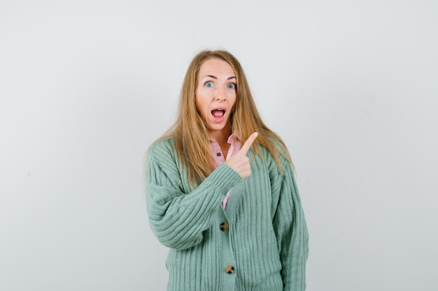 Giovane donna espressiva che posa nello studio