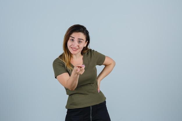 Espressiva giovane donna in posa in studio