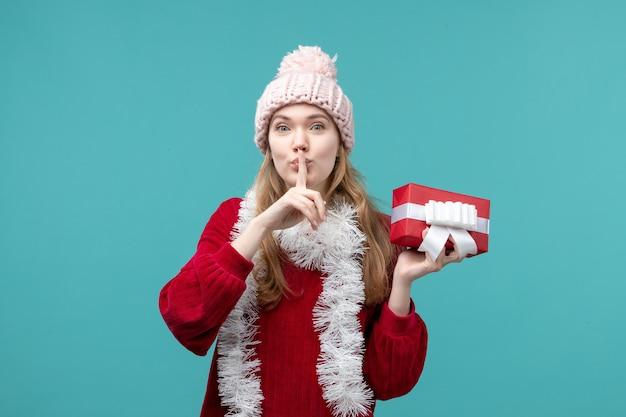Espressiva giovane donna in posa per le vacanze invernali