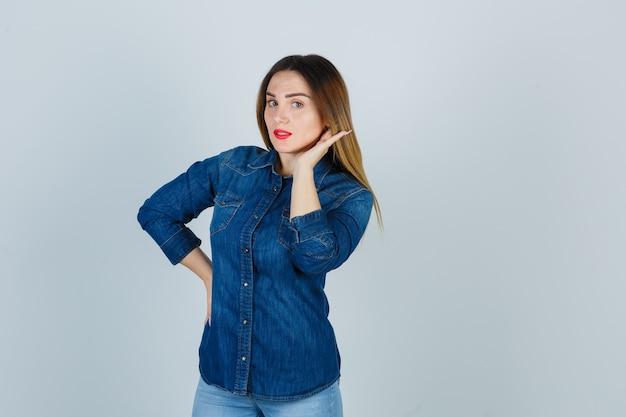 Espressiva giovane donna in posa