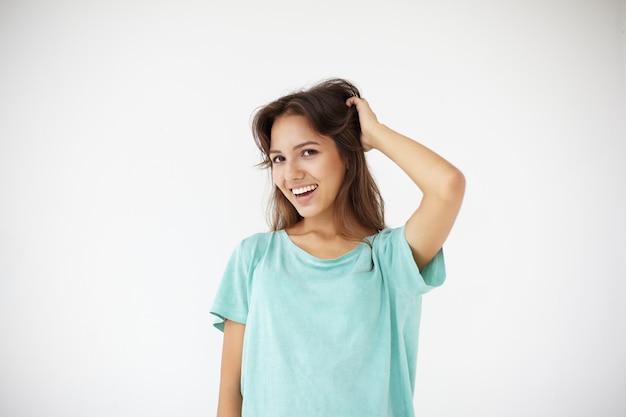 Выразительная молодая женщина позирует