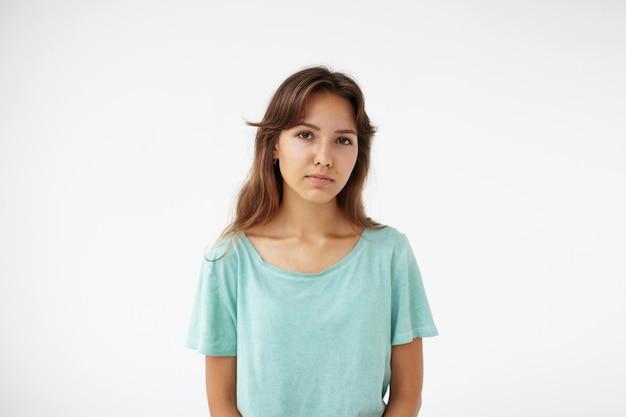 表情豊かな若い女性のポーズ