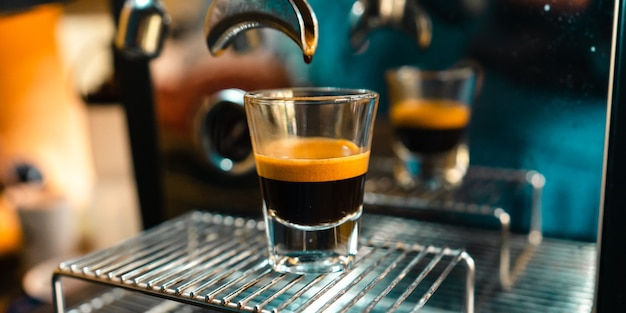 커피 숍에서 커피 머신에서 expresso 커피