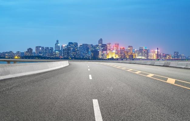 중국 항저우의 고속도로와 도시 스카이라인