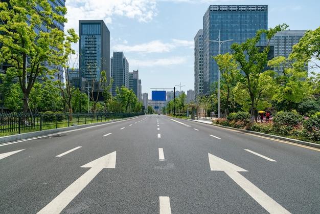 高速道路の背景と都会のスカイライン
