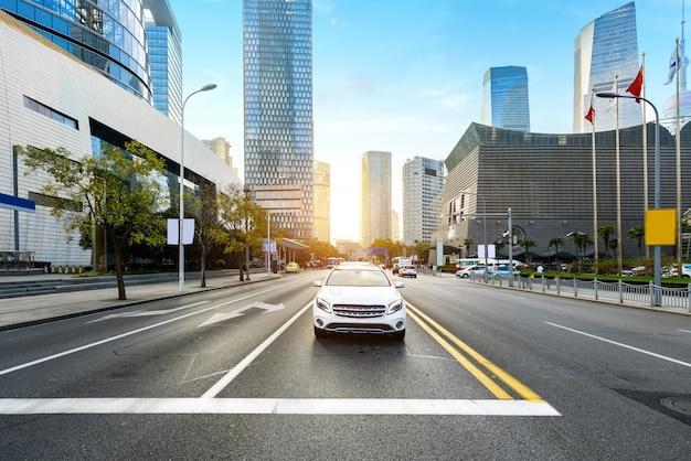 Скоростные автомагистрали и небоскребы в финансовом центре lujiazui, шанхай, китай