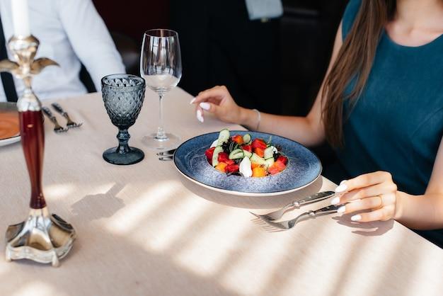 현대적인 레스토랑 클로즈업에서 절묘한 샐러드 클로즈업. 케이터링에서 고객 서비스.