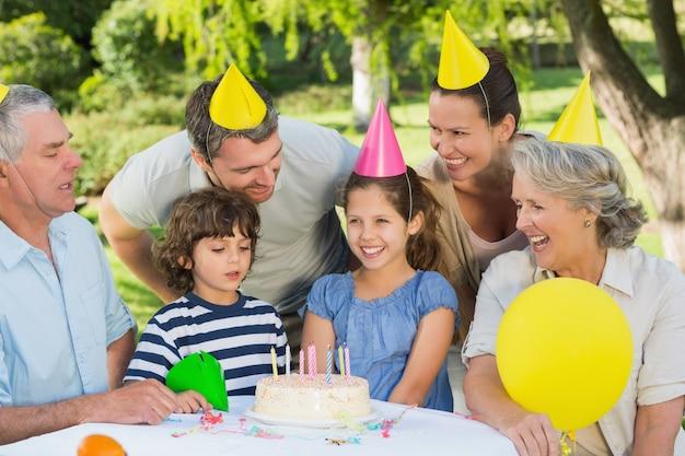 公園での誕生日お祝いのパーティー・ハット