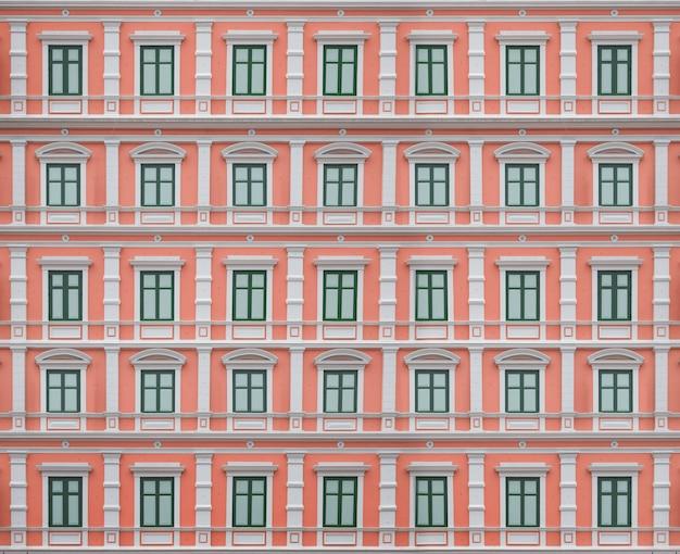 닫힌 창문이있는 외부 건물