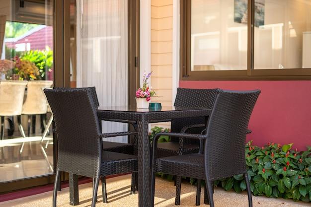 Внешний вид с обеденным столом и стульями на террасе.