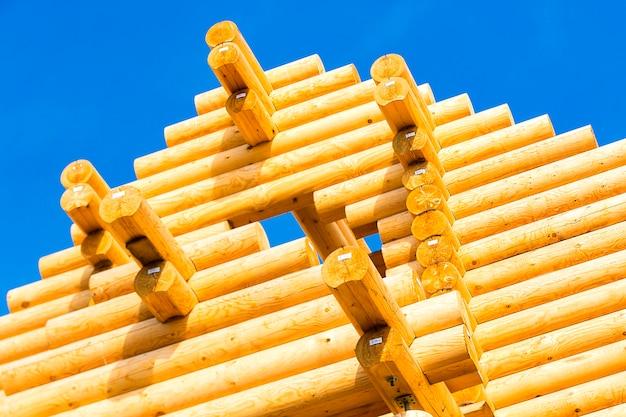Внешний каркас строящегося бревенчатого дома.