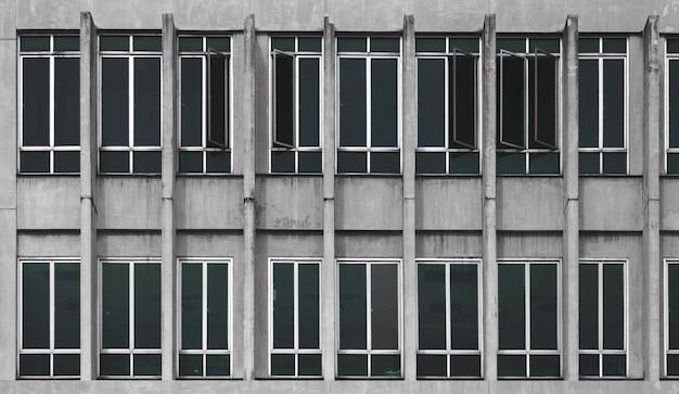 Внешний чердак с современным окном и цементной поверхностью