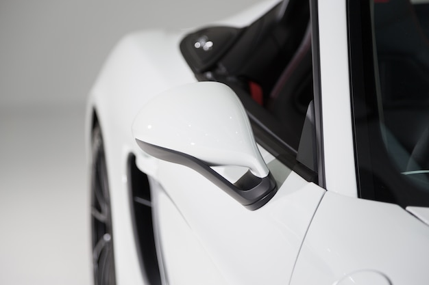 白い背景を持つモダンな白い高級車の外観