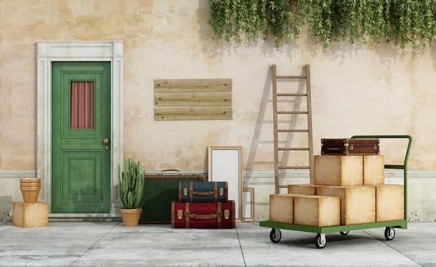 移動の準備ができているカート、箱、スーツケースがいっぱい入った古い家の外観