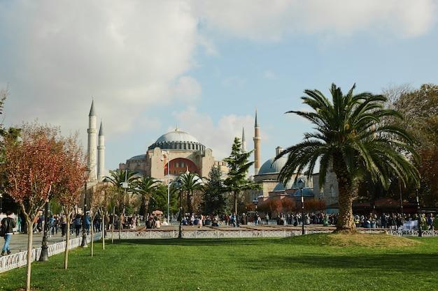 Внешний вид собора святой софии, парка с туристами и местными жителями, отдыхающими в парке