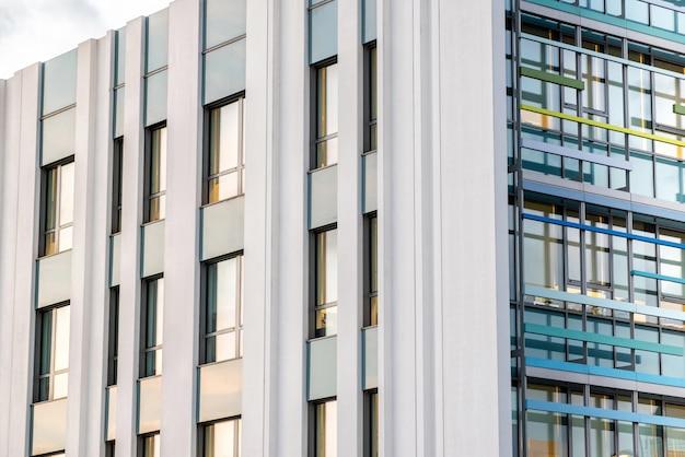 高層近代的なオフィスビルの外観