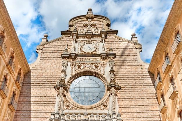 Внешний вид монастыря бенедиктинцев монсеррат, недалеко от барселоны, каталония, испания
