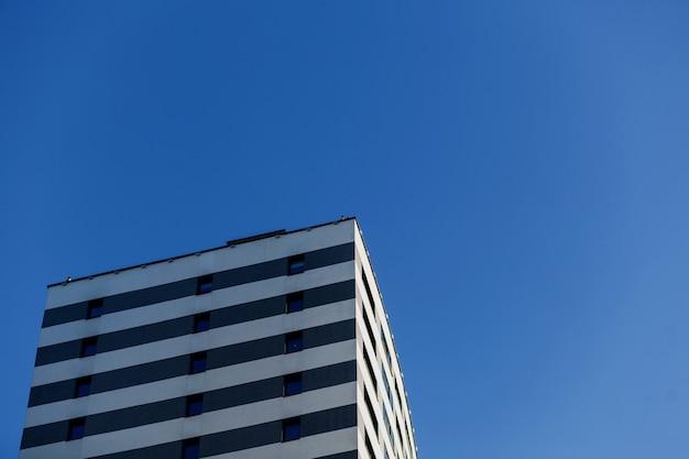 新しい建物の外観。青空を背景にした住宅