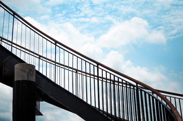 Внешняя лестница на верхний этаж здания в стиле лофт