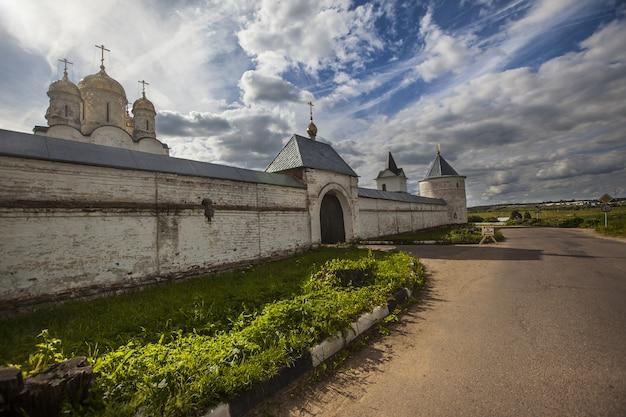 La vista esteriore del monastero di luzhetsky di st ferapont ha catturato in mozhaisk, russia