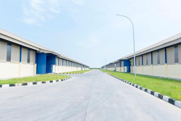 青空の背景を持つ倉庫の建物の外観