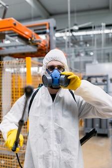 분무기로 살충제를 살포하는 산업 플랜트의 해충 구제