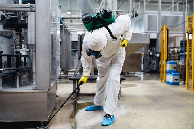 Истребитель на промышленных предприятиях, распыляющих пестициды с помощью распылителя.