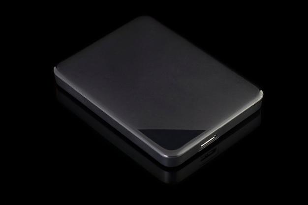 黒の背景に分離された外付けハードディスク