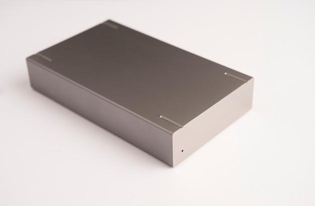 Внешний жесткий диск для резервного копирования на белом фоне