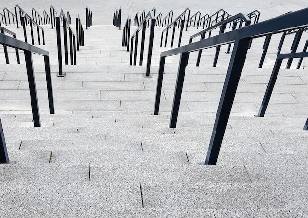 외부 다단 돌 계단. 금속으로 만든 계단과 난간이 많이 있습니다. 도시 환경의 많은 단계, 상징적인 추상적 배경.